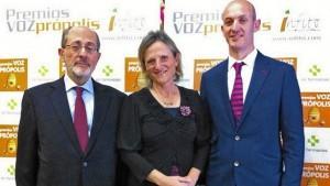 Primitivo Ortega; Teresa Ortega, vicepresidenta de Infito, y Alberto Sacristán, en la presentación de una encuesta sobre el uso de própolis realizada por Infito, la semana pasada en Madrid. (Foto: Correo Farmacéutico)