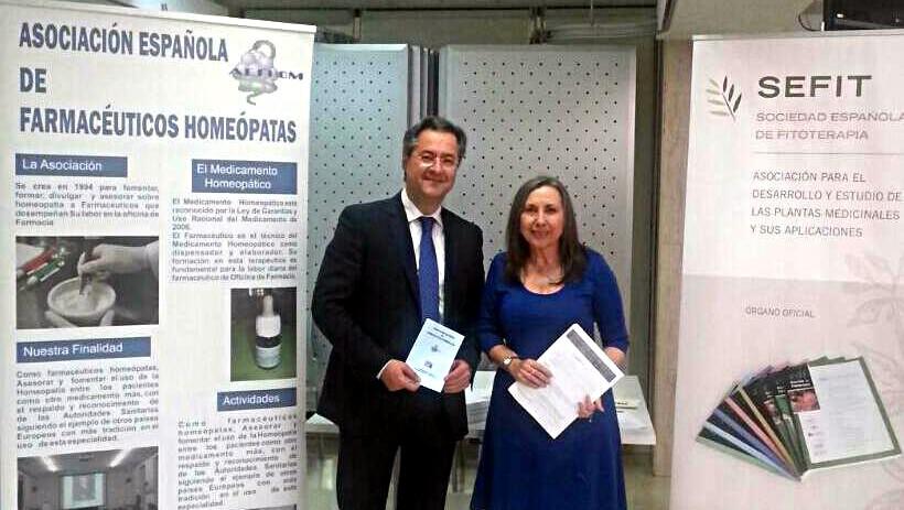 Estand de SEFIT, compartido con AEFHOM. En la Foto: Mª José Alonso y César Valera, vocal de Plantas Medicinales y Homeopatía del COF Madrid.